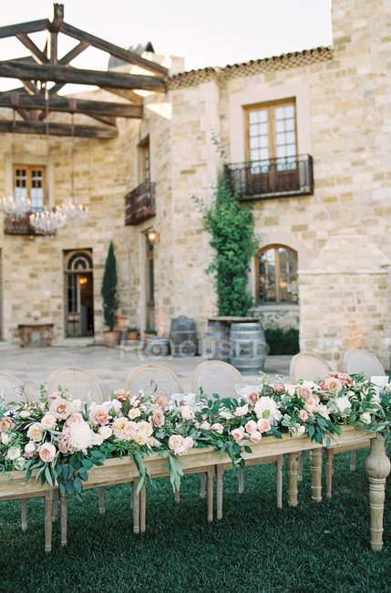 Table en bois décorée de fleurs — Photo de stock
