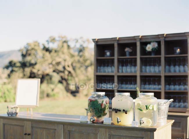 Банки с домашним лимонадом — стоковое фото