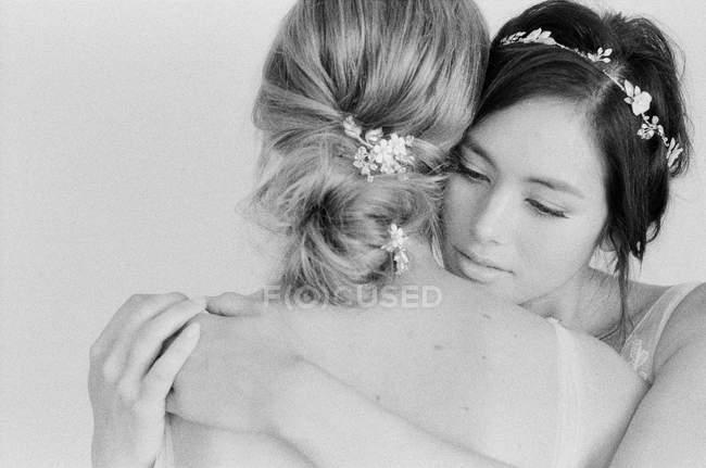 Mulheres em vestidos abraçando uns aos outros — Fotografia de Stock
