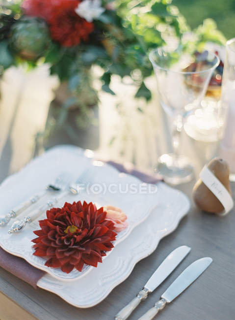 Utensílios de mesa com a decoração do casamento — Fotografia de Stock