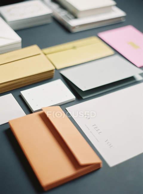 Montones de sobres y tarjetas - foto de stock