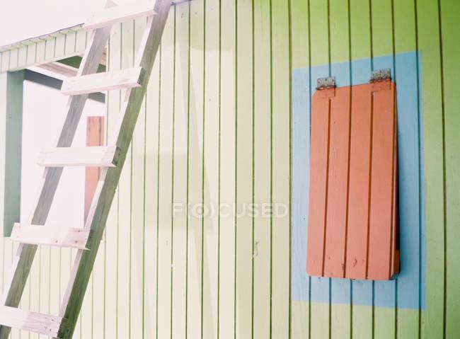 Praia fachada caça com escada inclinada — Fotografia de Stock