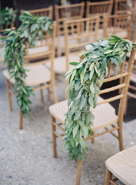 Sillas decoradas con ramas - foto de stock