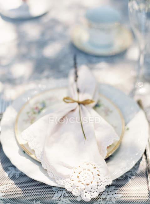Piastra con tovagliolo decorativo — Foto stock