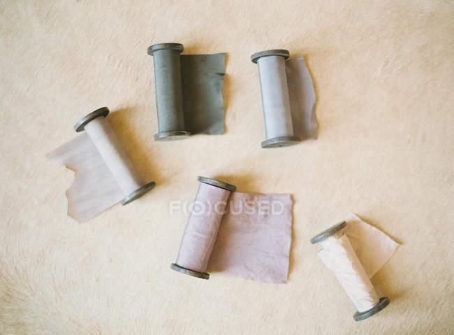 Meadas de quebra automática de tecido na mesa — Fotografia de Stock