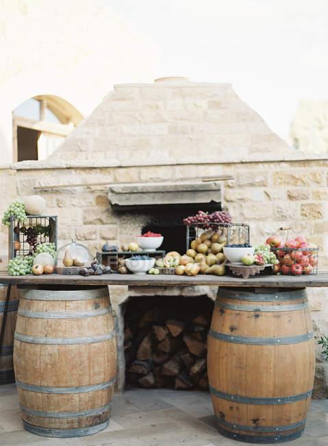 Frutta fresca su tavola improvvisata all'aperto — Foto stock
