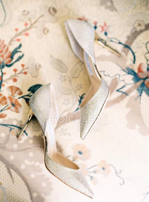 Bridal glitter high-heeled shoes — Stock Photo