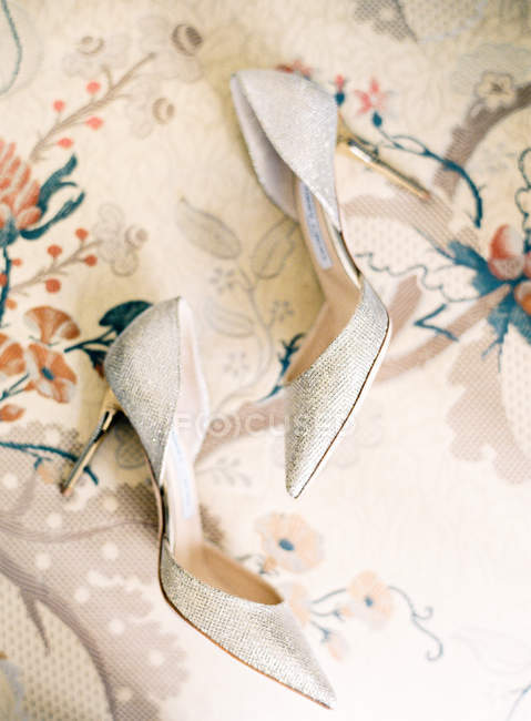 Bridal glitter high-heeled shoes — Stock Photo