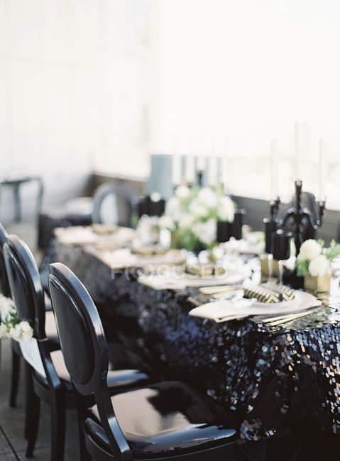 Свадебный стол с цветами — стоковое фото