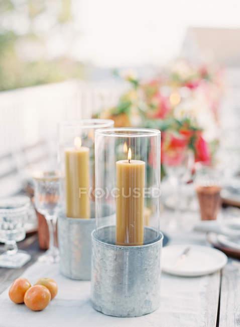 Деревянные параметр таблицы, украшенные свечи — стоковое фото