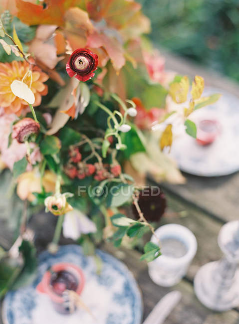 Floral arrangement with daisies — Stock Photo