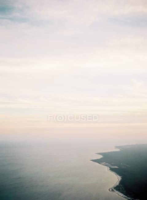 Vista aérea da costa insular — Fotografia de Stock