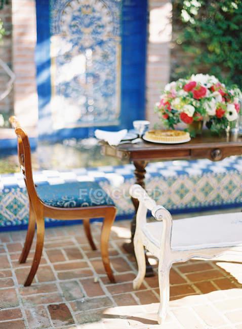 Обідній стіл прикрашена квітами — стокове фото