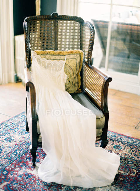Vestido de noiva na poltrona vintage — Fotografia de Stock