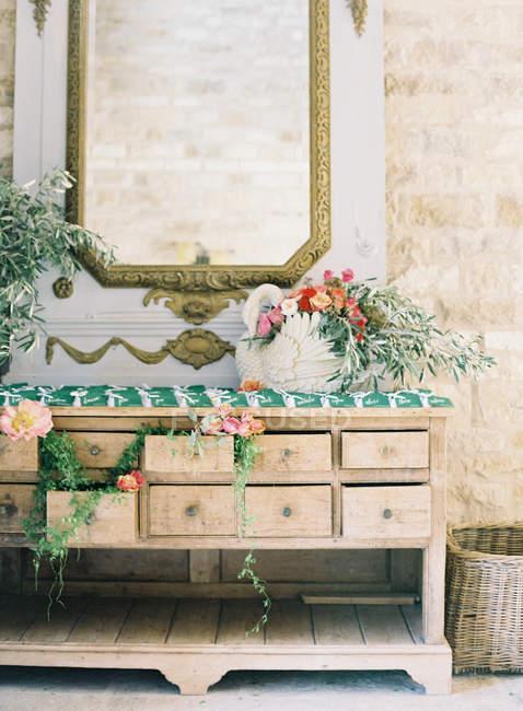 Старинный комод, украшенная цветами — стоковое фото