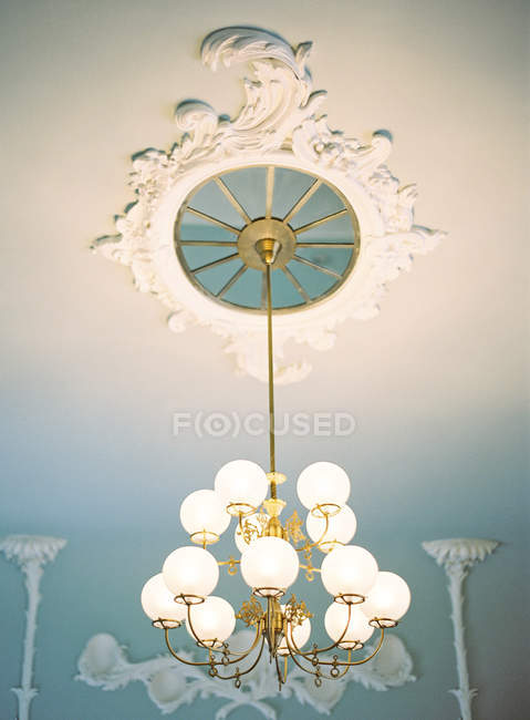 Chandelier lighting in room — Stock Photo