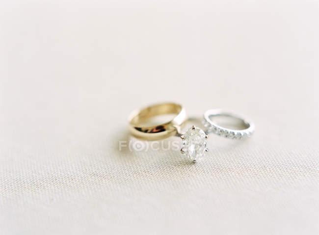 Elegant wedding rings on table — Stock Photo