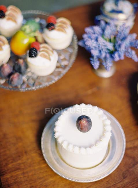 Cake decorated with fresh fruits — Stock Photo