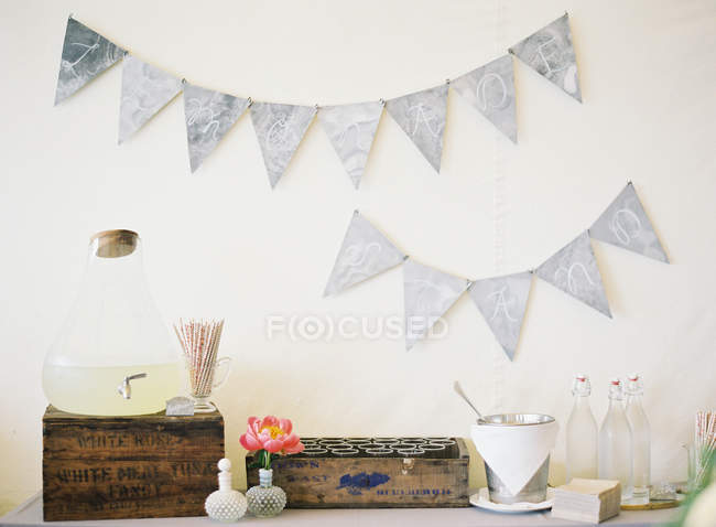 Wedding decor with wooden boxes — Stock Photo