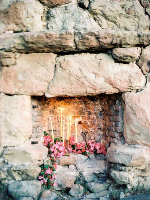 Anzünden von Kerzen mit Blumen — Stockfoto