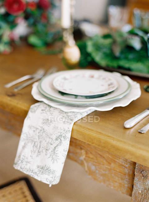 Piastre dell'annata con il tovagliolo — Foto stock