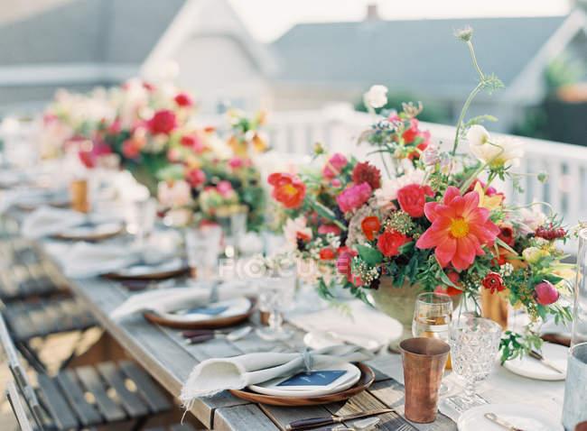 Composizione floreale sul tavolo di impostazione — Foto stock