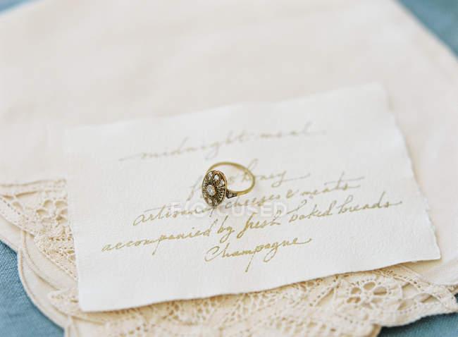 Vintage Ehering auf Karte — Stockfoto