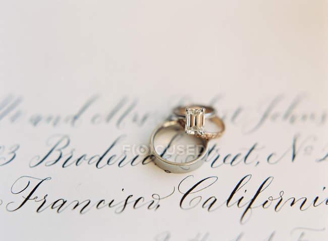 Обручальные кольца на карте — стоковое фото