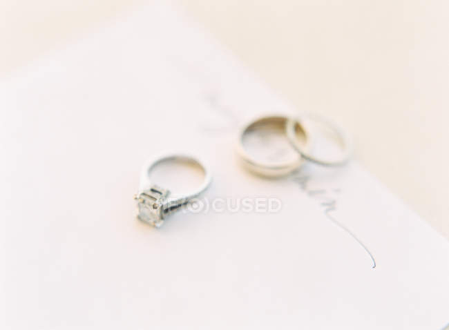Wedding rings on card — Stock Photo