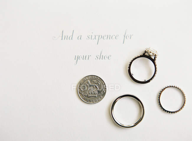 Wedding rings on card — Stock Photo