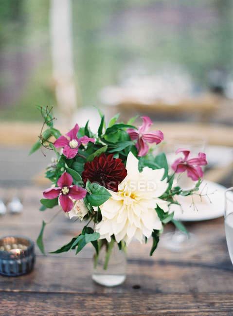 Flores frescas en tarro - foto de stock
