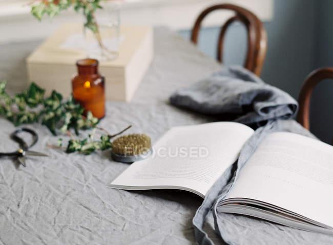 Флористика книга на синей скатерти — стоковое фото