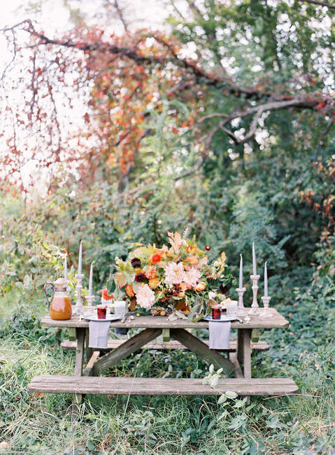 Деревенский свадебный стол — стоковое фото