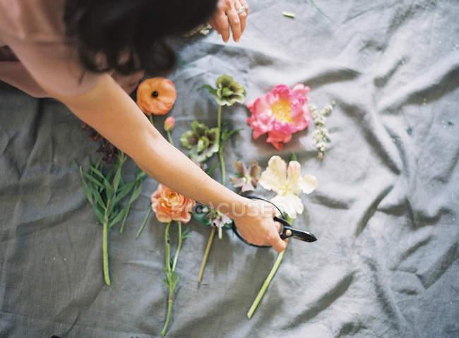 Femme faisant l'arrangement floral — Photo de stock