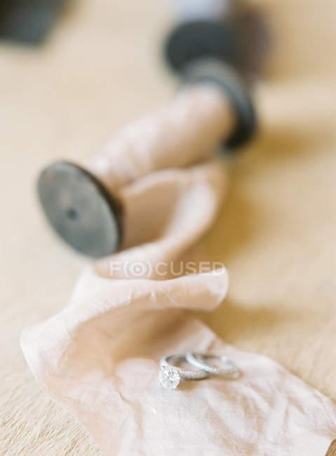 Elegant wedding rings on wrapping fabric — Stock Photo
