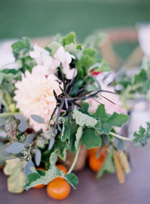 Disposizione floreale sul tavolo — Foto stock