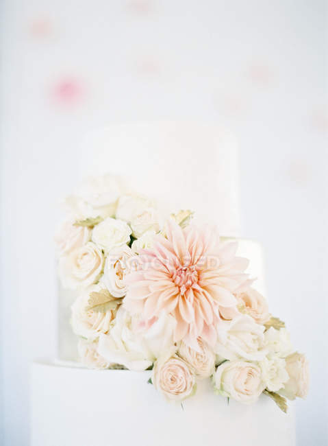 Wedding cake decorated with flowers — Stock Photo