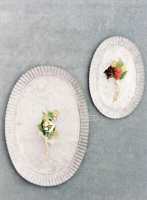 Свежие цветочные бутоньерки — стоковое фото