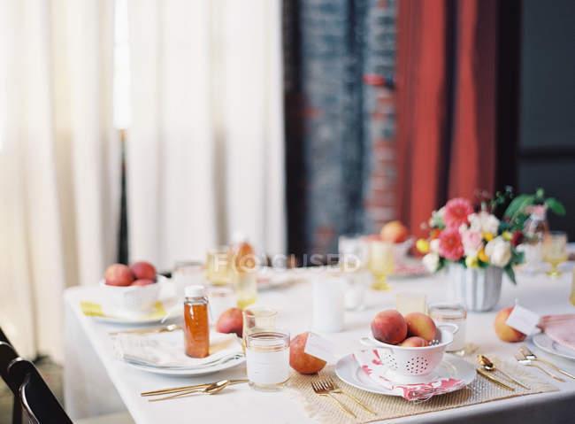 Einstellung der Tisch dekoriert mit Früchten — Stockfoto