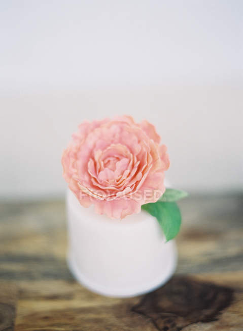 Wedding cake decorated with flower — Stock Photo