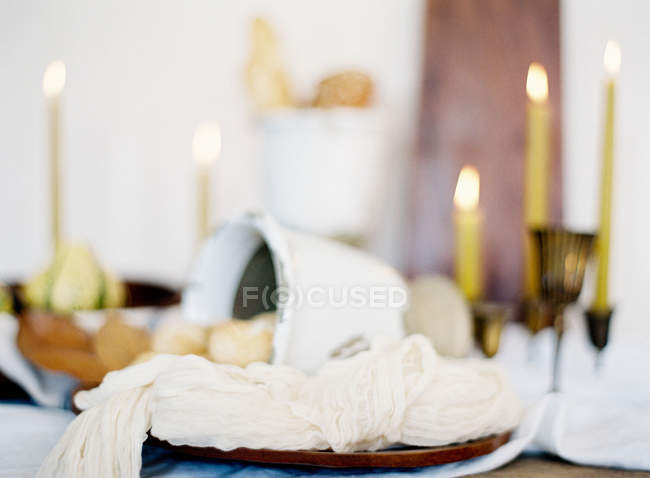Decorado mesa puesta con velas - foto de stock
