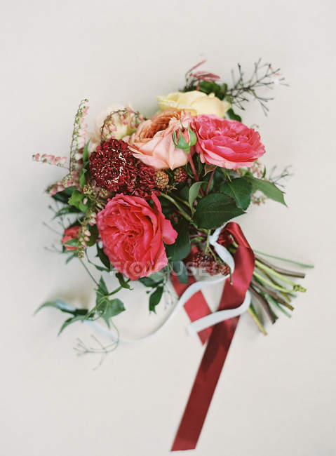 Красивый букет, завязанный красной лентой — стоковое фото