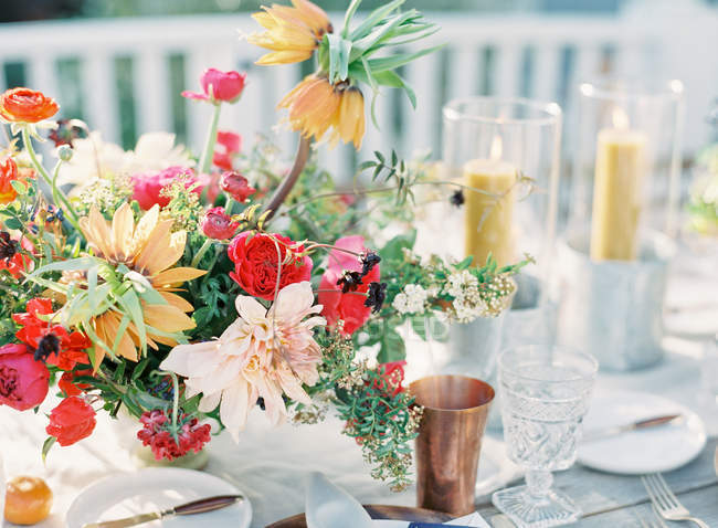 Arrangement floral sur la table de réglage — Photo de stock