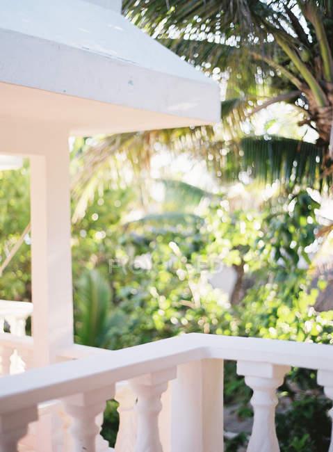 Terrasse der Villa mit Garten im Hintergrund — Stockfoto