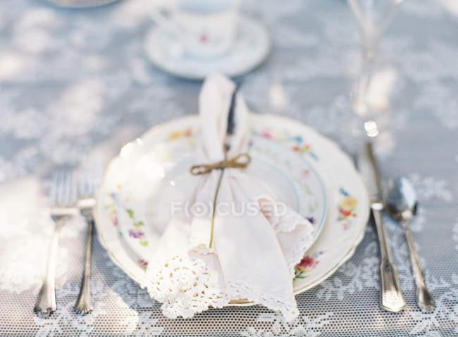 Тарелка с декоративной салфетки — стоковое фото