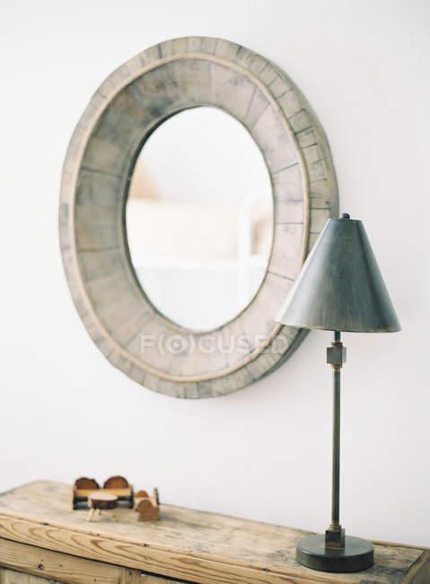 Lâmpada e espelho de madeira vintage — Fotografia de Stock