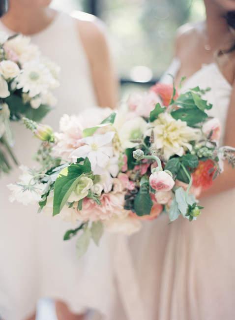 Filles debout avec fleurs — Photo de stock