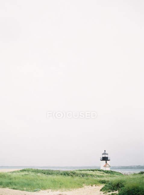 Невеликий маяк на березі острова — стокове фото