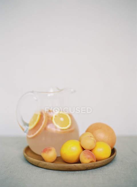 Bocal avec boisson citron fraîche sur la table — Photo de stock