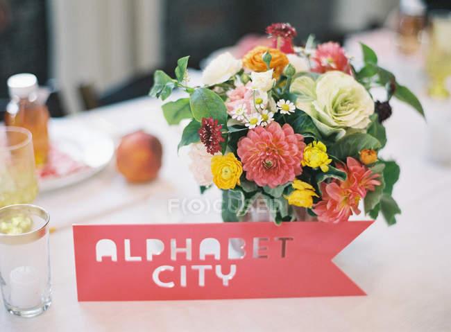 Весілля настройки таблиці з обробкою квітами — стокове фото
